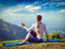 La donna pratica il asana di yoga all'aperto Immagini Stock Libere da Diritti