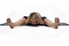 La donna pratica l'yoga Fotografie Stock Libere da Diritti