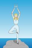 La donna pratica l'yoga in natura fotografia stock libera da diritti