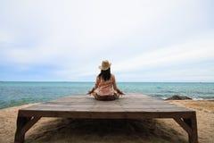 La donna pratica l'yoga sulla spiaggia immagine stock libera da diritti