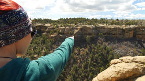 La donna precisa le rovine antiche attraverso il canyon fotografie stock libere da diritti