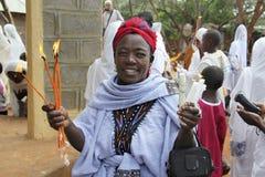 La donna prega con le candele brucianti in mani Fotografie Stock Libere da Diritti