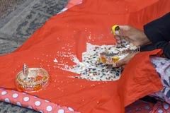 La donna prega e ciotola d'argento di lucidatura immagine stock libera da diritti