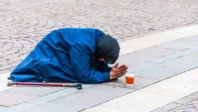 La donna prega per il dio Immagine Stock