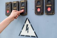 La donna preme il bottone rosso Fotografia Stock Libera da Diritti