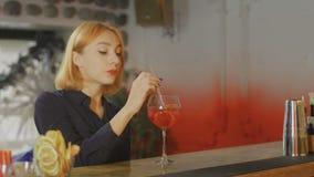 La donna prende il cocktail e i takls con il barista alla barra stock footage