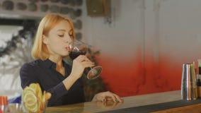 La donna prende il cocktail nella barra stock footage