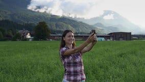 La donna prende il selfie sul paesaggio stupefacente dell'estate stock footage