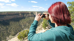 La donna prende l'immagine delle rovine con Smartphone fotografie stock libere da diritti