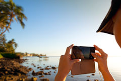 La donna prende un'immagine di due surfisti Fotografia Stock Libera da Diritti
