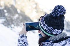 La donna, prende una foto con il cellulare Fotografia Stock