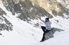 La donna, prende una foto con il cellulare, backgroung dalle montagne Immagine Stock Libera da Diritti