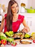 La donna prepara il pesce in forno. Immagini Stock Libere da Diritti