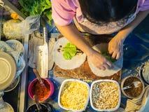 La donna prepara l'alimento della via di Popiah Immagini Stock