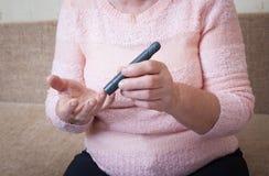 La donna produce l'alta glicemia difficile Fotografia Stock