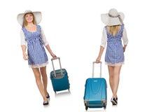 La donna pronta per il viaggio di estate isolato su bianco Immagini Stock