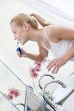 La donna pulisce i suoi denti per mantenerla sana Fotografie Stock