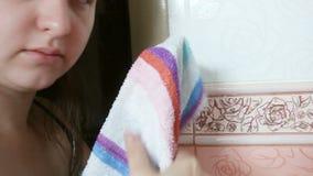 La donna pulisce le suoi mani e viso con un asciugamano Fine in su archivi video