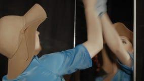 La donna pulisce lo specchio video d archivio