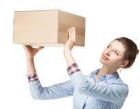 La donna raggiunge fuori una scatola di cartone Fotografia Stock Libera da Diritti