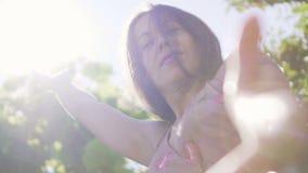 La donna raggiunge per luce e le offerte passano di aiuto ad altra, conduttore divino di vita stock footage