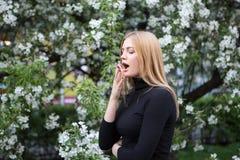 La donna reagisce con asma su raffreddore da fieno mentre è nel parco Fotografia Stock