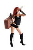 La donna Red-haired con la pistola ed i soldi beve l'alcool Fotografie Stock
