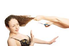 La donna in reggiseno resiste all'acconciatura divertente Fotografia Stock Libera da Diritti