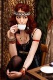 La donna in retro vestiti beve il caffè nella barra del caffè Fotografia Stock Libera da Diritti