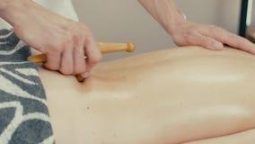 La donna riceve il massaggio di reflessologia stock footage