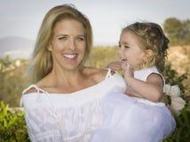 La donna ride con sua figlia Fotografia Stock
