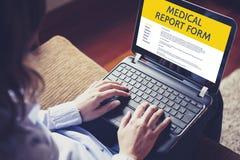 La donna riempie una forma di perizia medica di computer portatile da Internet Fotografia Stock Libera da Diritti