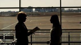 La donna rigorosa nell'aeroporto dà istruzioni al giovane ufficiale video d archivio