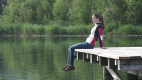 La donna rilassata si siede sul pilastro video d archivio