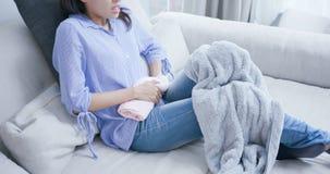 La donna ritiene il dolore con la mestruazione immagini stock