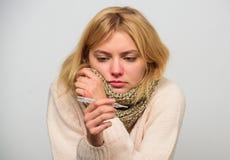 La donna ritiene lo starnuto male malato Ragazza in alto vicino del termometro e del tessuto della tenuta della sciarpa Temperatu fotografia stock