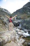 La donna rossa dello Zaino libera alle montagne Immagini Stock Libere da Diritti