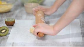 La donna rotola la pasta a casa stock footage
