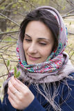 La donna russa di bellezza nel cittadino ha modellato lo scialle Fotografia Stock