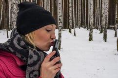 La donna russa sexy bacia il suo telefono cellulare fotografia stock
