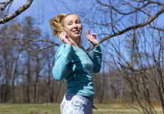 La donna salta nel legno in anticipo della molla Fotografie Stock Libere da Diritti
