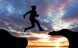 La donna salta sopra il canyon Fotografia Stock