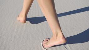 La donna scalza cammina sulla sabbia bianca in un giorno soleggiato video d archivio