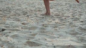 La donna scalza sportiva attiva funziona su una spiaggia di sabbia al rallentatore Forma fisica della donna, addestramento paregg stock footage