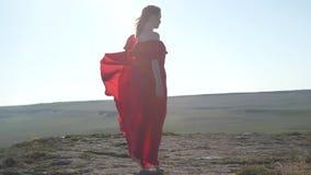 La donna scalza in un vestito scorrente rimbalza sulla linea di orizzonte video d archivio