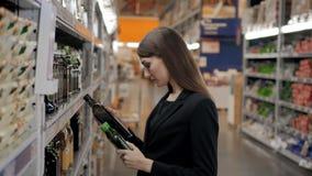 La donna sceglie in caffè del negozio per lavoro, donna di affari in supermercato Fotografie Stock Libere da Diritti