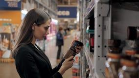 La donna sceglie in caffè del negozio per lavoro, donna di affari in supermercato Immagini Stock Libere da Diritti