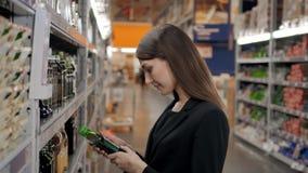 La donna sceglie in caffè del negozio per lavoro, donna di affari in supermercato Fotografia Stock