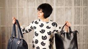 La donna sceglie emozionalmente la borsa ed il pensiero video d archivio