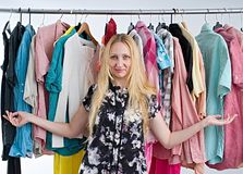 La donna sceglie i vestiti nel gabinetto del guardaroba fotografie stock libere da diritti